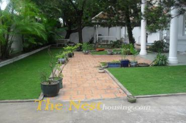House dist 2 for rent, 1 floor garden and swimming pool